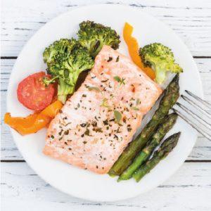 Réalisation d'un plat de poisson cuit à la vapeur avec ses petits légumes