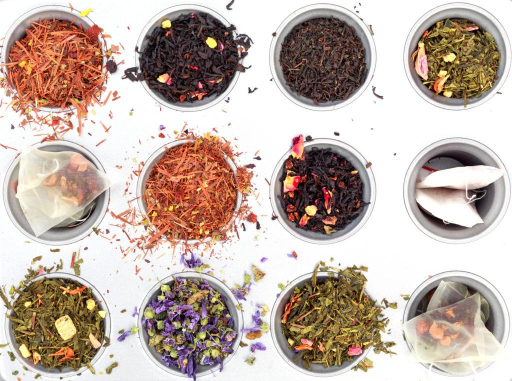 Vue d'ensemble de différents thé. La machine à thé de Senya est compatible pour le thé en vrac comme en sachet
