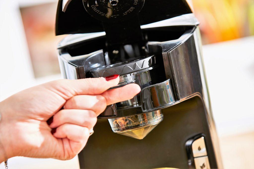 Zoom sur l'infuseur à thé, spécialement conçu pour votre théière électrique