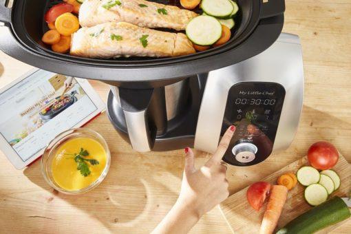 Robot cuiseur multifonctions cuisant du poisson