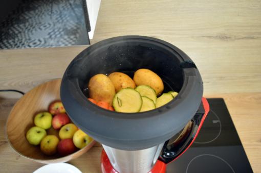 Cuisson de légume dans le panier vapeur en silicone d'une contenance de 2l posé sur le blender inox cook&ice