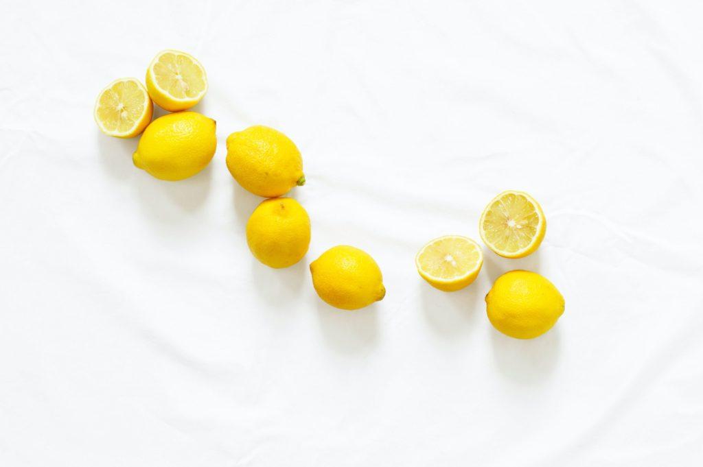 zoom sur un citron qui s'infuse dans de l'eau afin de réaliser une eau citronnée