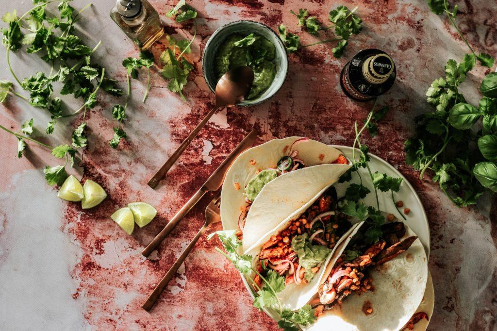 Wrap au saumon, boursin, pois chiches, salade, avocat et poivron. Cette recette est latine par le Mexique et Américaine par le Texas