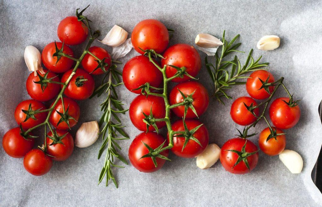 tomates posées sur un plan de travail