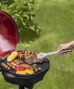 Barbecue électrique sur pied noir ouvert dans le jardin